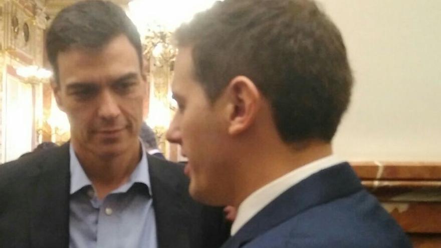 Pedro Sánchez y Albert Rivera conversan en el Congreso / Foto: Carmen Moraga