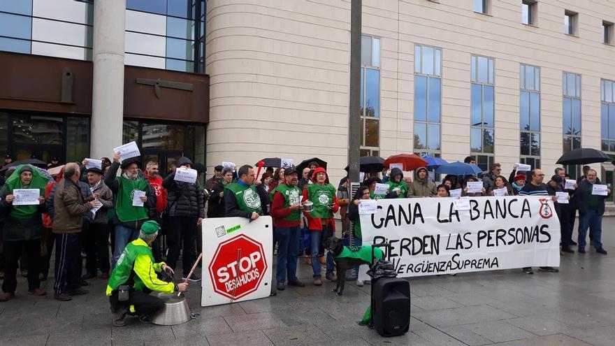 Una concentración rechaza en Pamplona la decisión del Tribunal Supremo sobre los gastos hipotecarios