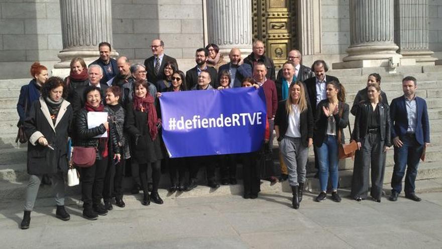 El Consejo de Informativos de RTVE entrega las 2.225 firmas de sus profesionales por la independencia y pluralidad.