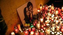 Velas y una foto en memoria del periodista eslovaco Jan Kuciak y su pareja, asesinados en Bratislava.