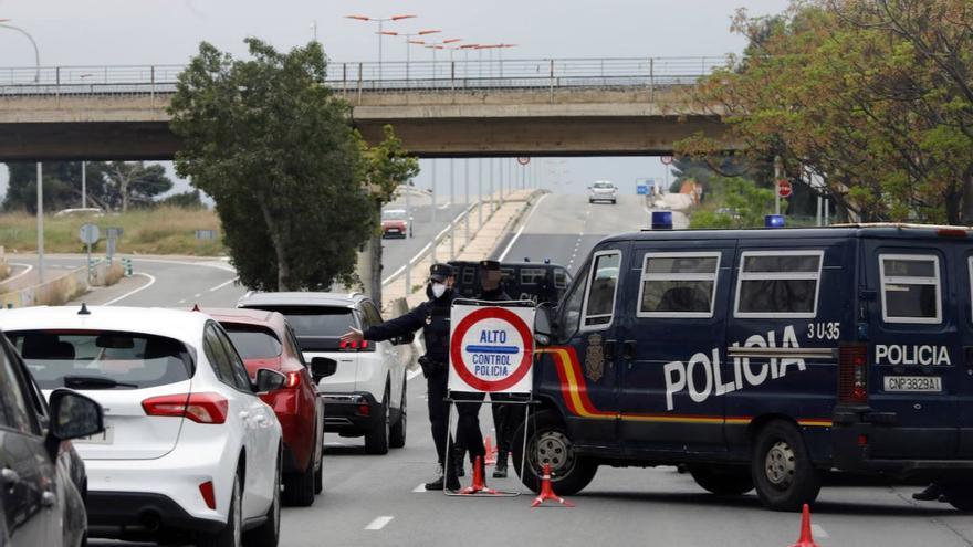 Agentes de la policía nacional realizan un control para comprobar el cumplimiento del estado de alarma.