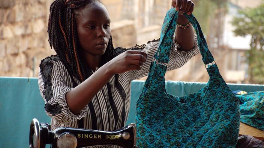 Aguja e hilo, las armas de un grupo de mujeres kenianas para sobrevivir