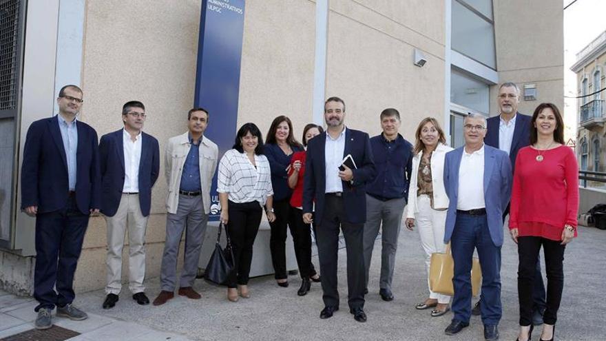 El catedrático Rafael Robaina Romero (6d), en el momento de registrar su candidatura a las elecciones a rector de la Universidad de Las Palmas de Gran Canaria