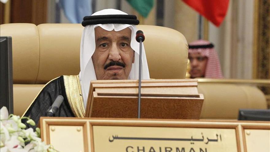 El rey saudí recibe a representantes de la oposición siria