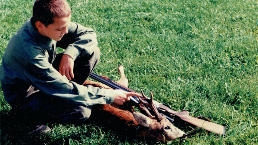 Phil Hörmann de niño con un animal abatido por él mismo