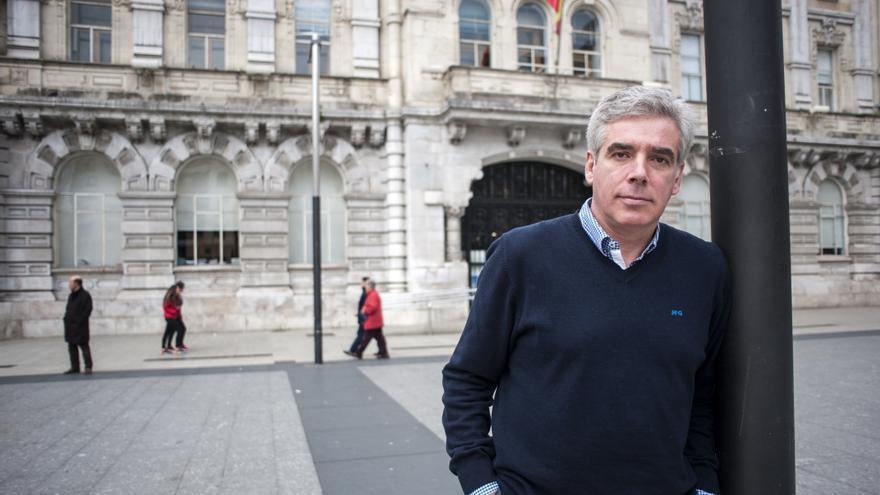 El candidato del PRC, José María Fuentes Pila, frente al Ayuntamiento de Santander.