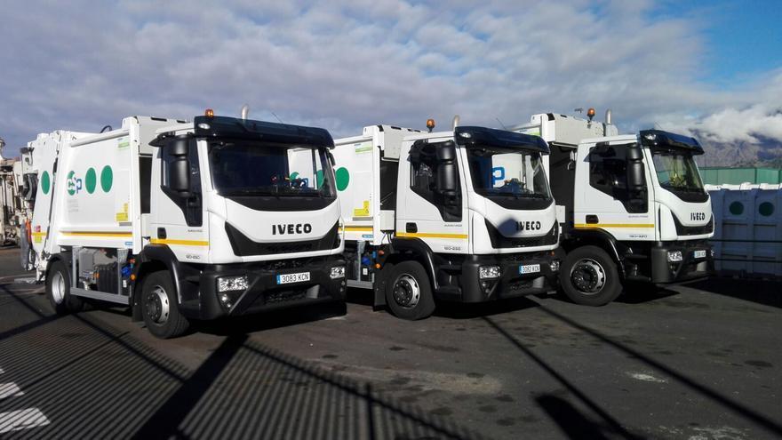 En la imagen, los tres nuevos camiones de la flota del servicio del recogida de basuras del Consorcio Insular.