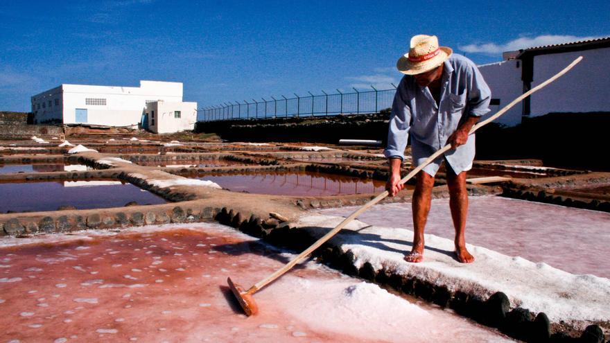 Uno de los salineros de Bocacangrejo arrolla los cristales de sal para que no se apelmacen. VIAJAR AHORA