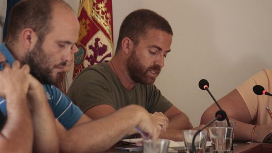 Esteban Lorenzo (derecha), portavoz de Sí Se Puede en Buenavista del Norte, en una imagen de archivo