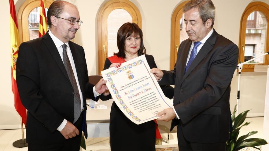 De izquierda a derecha, el presidente de Aragón, Javier Lambán; la alcaldesa de Alcorisa, Julia Vicente, y el fiscal del Tribunal Supremo Javier Zaragoza