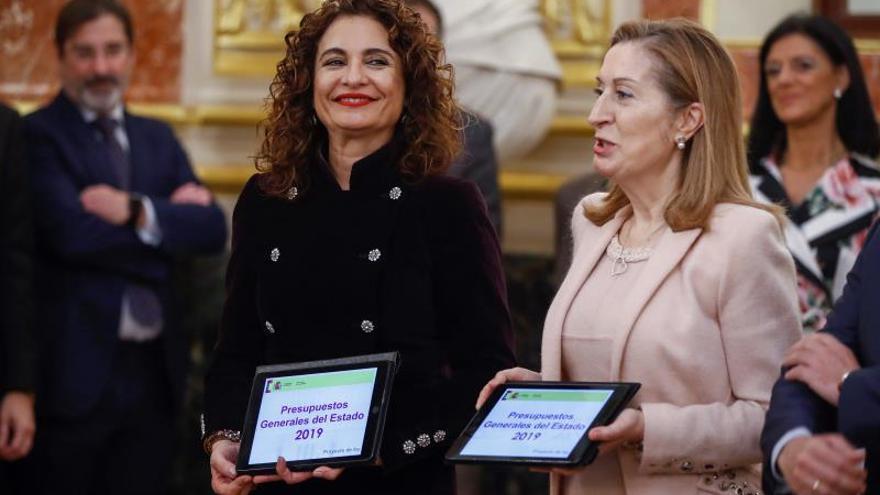 Montero entrega en el Congreso los Presupuestos de 2019