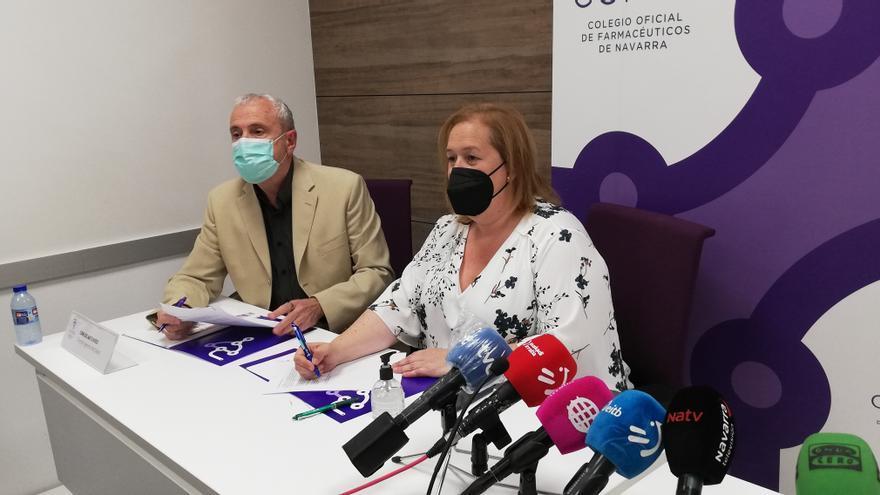 El director general de Salud, Carlos Artundo, y la presidenta del Colegio Oficial de Farmacéuticos de Navarra, Marta Galipienzo, firman un convenio para la realización de autotest de Covid-19 en farmacias