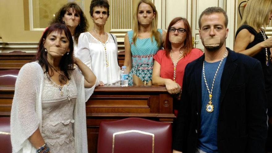 Los diputados canarios de Podemos muestrab su oposición a la llamada ley mordaza.