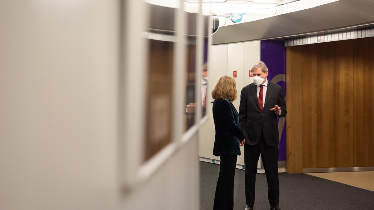 La vicepresidenta económica, Nadia Calviño, y el comisario europeo de Presupuestos, Johannes Hahn.