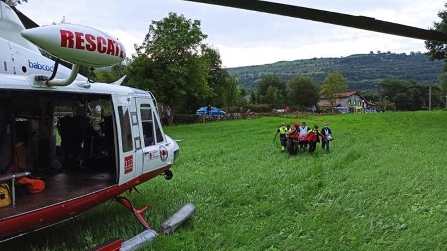 Evacuación en helicóptero de un motorista que chocó con un coche en Jesús del Monte