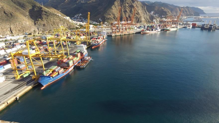 Terminales de contenedores en el recinto portuario de Santa Cruz