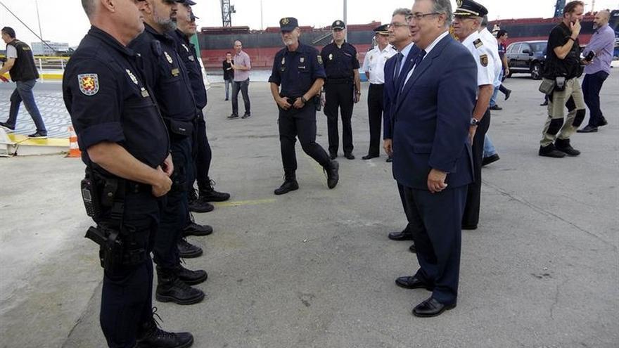 Zoido se desplaza a Barcelona para visitar a los agentes desplegados