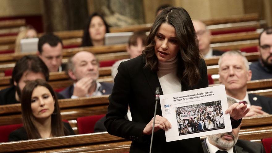 Inés Arrimadas ha enseñado un cartel con una noticia sobre la nueva huelga de médicos impresa
