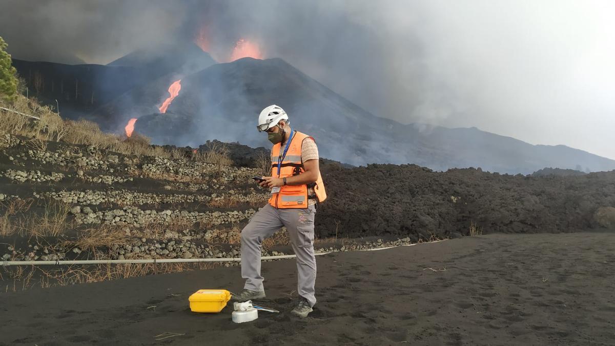 Miembro de Involcan midiendo flujo difuso de dióxido de carbono y tomando muestras de gas del suelo cerca del volcán en Cumbre Vieja