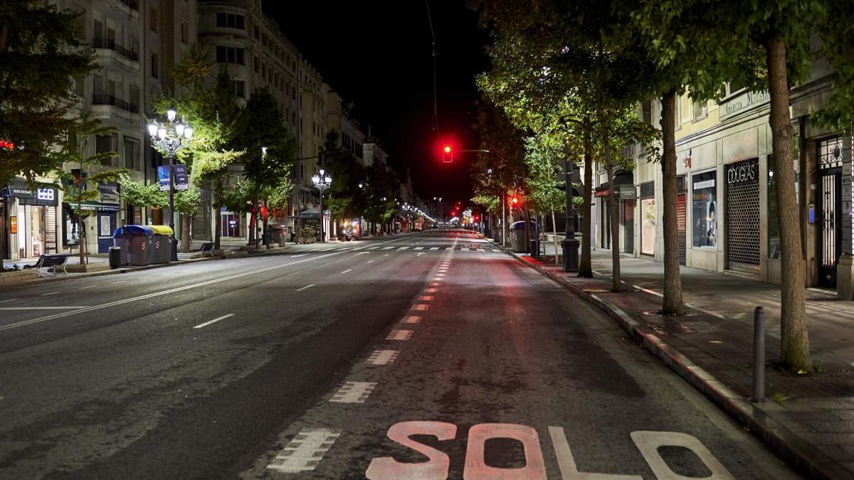 Calle Calvo Sotelo de Santander vacía por el toque de queda.
