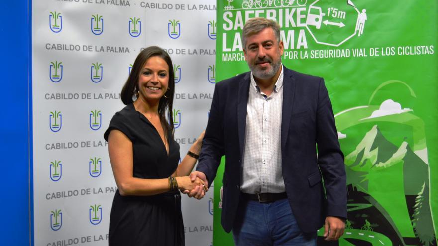 La directora de Área de Negocio de CaixaBank en La Palma, Laura García; y el consejero insular de Infraestructuras del Cabildo, Jorge González.