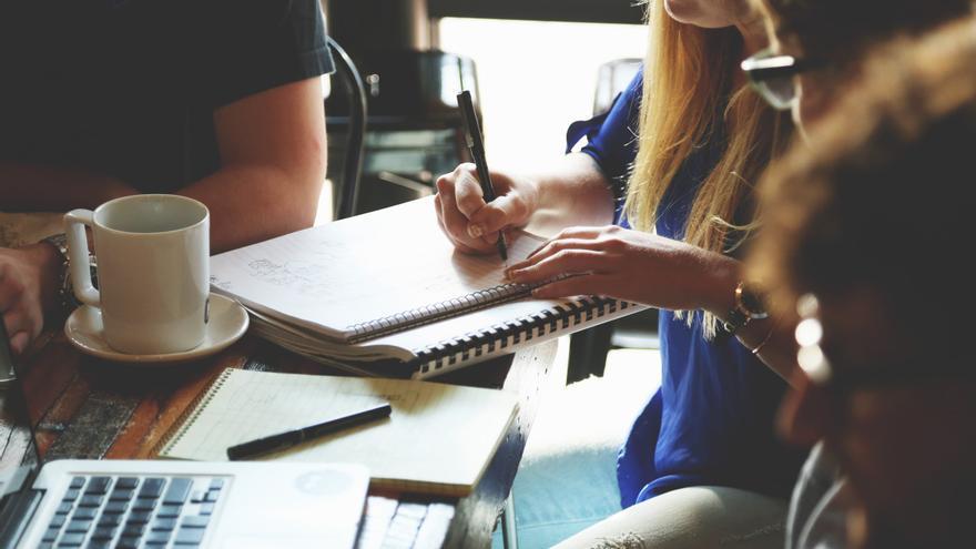 Una chica lidera una reunión informal. /Foto:  startupstockphotos