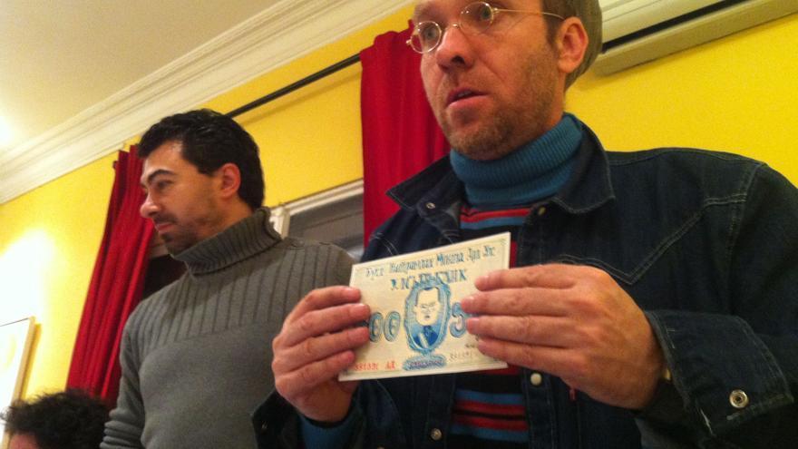 Fernando Rapa enseña el billete ilustrado por Mikel Casal