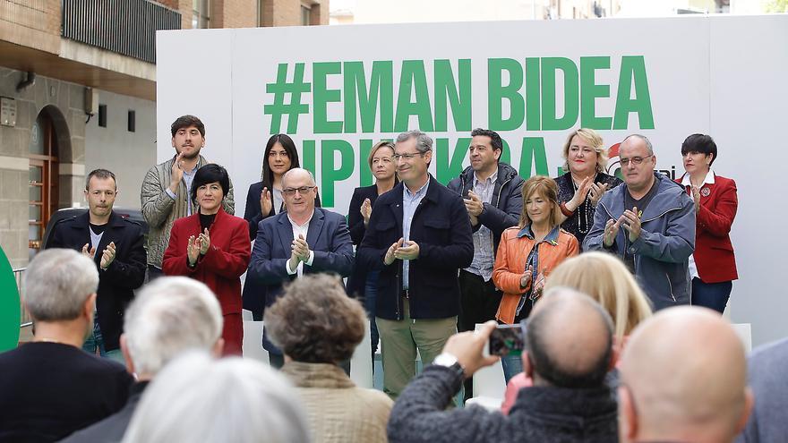María Eugenia Arrizabalaga, de pie, de naranja y en primera fila, en el acto del PNV de este sábado