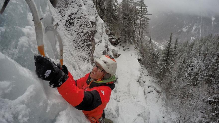 Iker clavando los piolets en el duro hielo de Noruega (© Hermanos Pou).