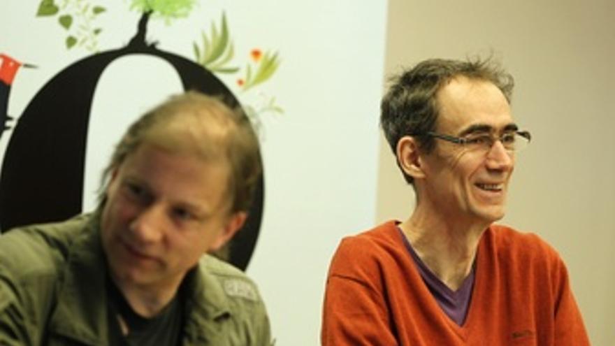 Simon Mcburney Y César Sagaro