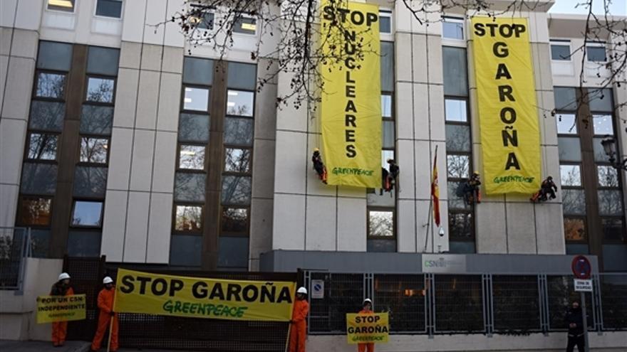 Greenpeace despliega dos pancartas contra la reapertura de Garoña // Greenpeace