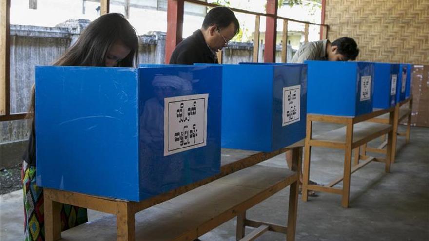 Abren los colegios electorales en los comicios legislativos de Birmania