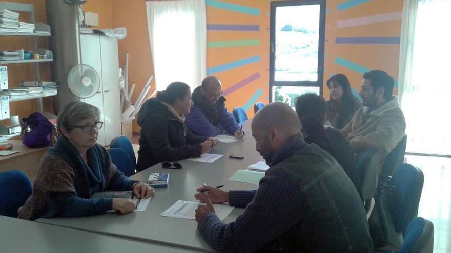 En la imagen, reunión de la concejal Amparo Martín (centro por la izquierda) para analizar el proyecto 'Educar en Familia'.