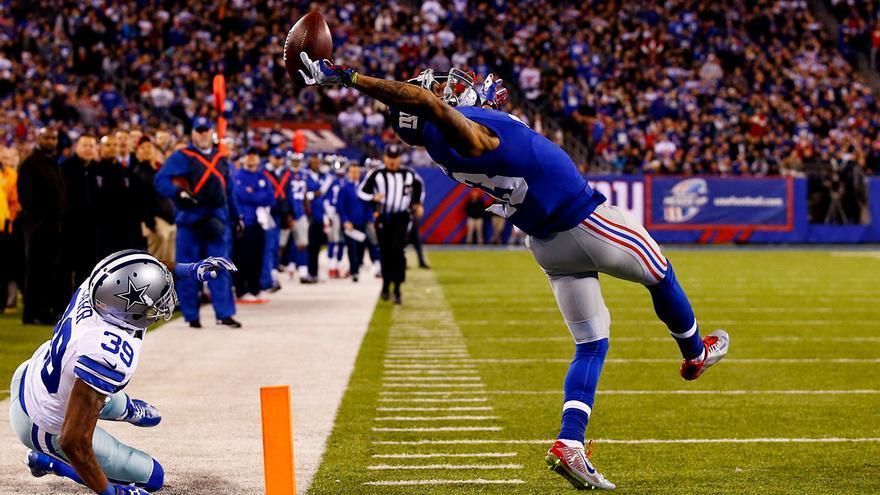Un jugador de los New York Giants atrapa el balón en un partido de la NFL en Dallas. Segundo premio en la categoría Deportes. Al Bello/Getty.