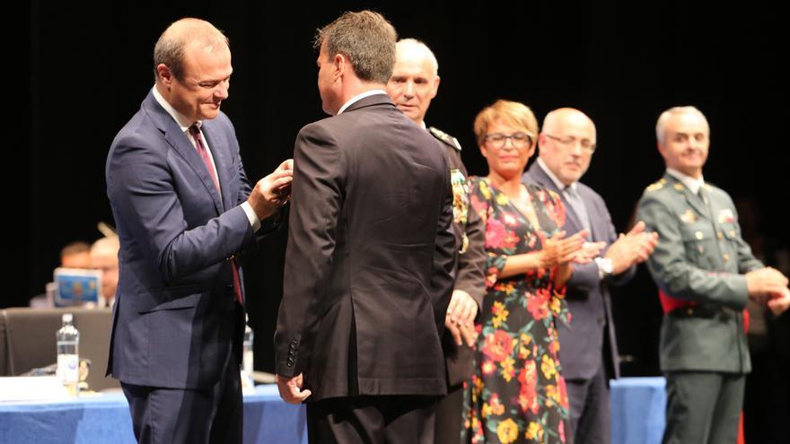 Martín González Y Santiago recibiendo el distintivo.