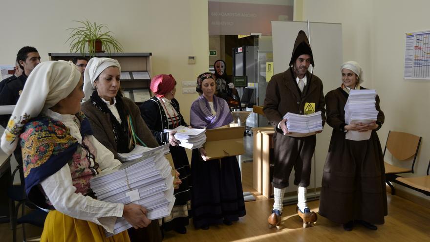 Representantes de la Asamblea, ataviados con trajes regionales, registran las firmas en la Delegación del Gobierno.   RUBÉN VIVAR
