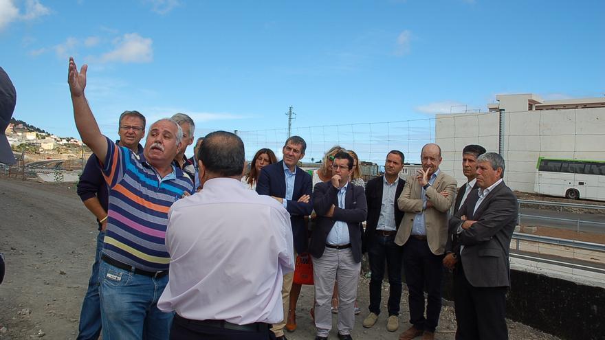 Juan Jesús Facundo y Fernando Clavijo conversan con vecinos afectados por la circunvalación de Arucas