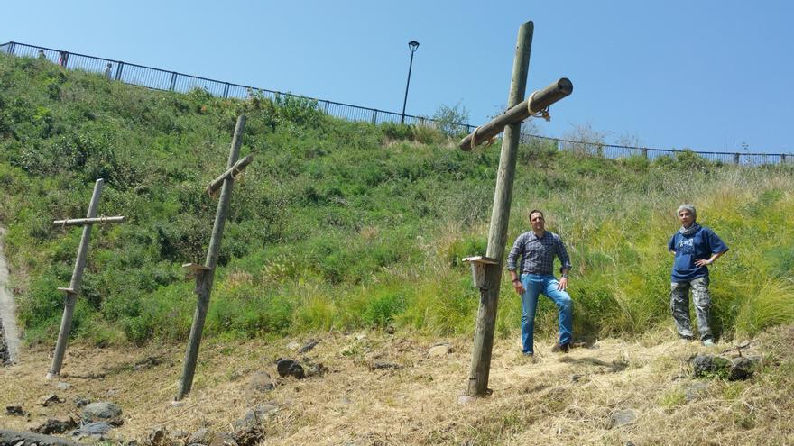 Jonathan Felipe y Carmen Conesa junto a las cruces del barranco de Los Álamos. Foto: LUZ RODRÍGUEZ.