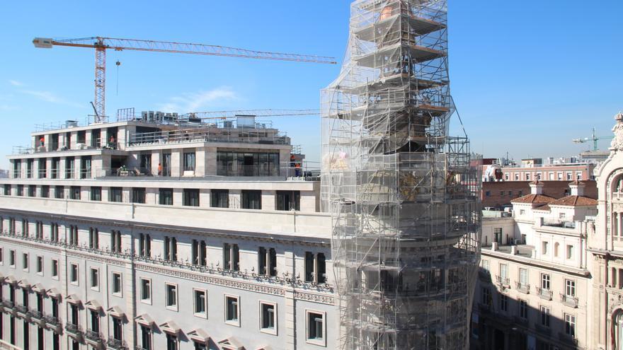 La espalda del edificio de La Equitativa, antigua sede del Banco Español de Crédito, con las nuevas alturas. / S.P