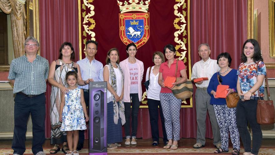 Diez ciudadanos reciben sus premios por participar en la votación del público de los fuegos artificiales
