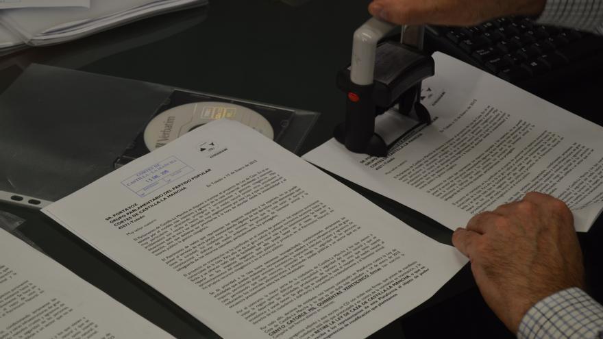Entrega de las firmas contra la ley de caza de Castilla-La Mancha / Foto: Javier Robla