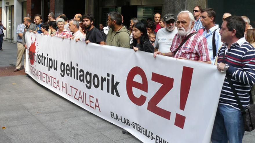 Sindicatos nacionalistas se manifiestan frente a la Inspección de Trabajo, en Bilbao.