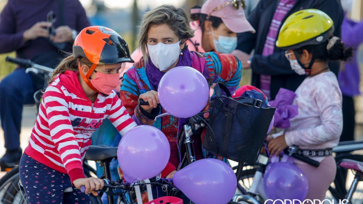 Una marcha en bicicleta despliega por la ciudad el 'no' a la violencia de género