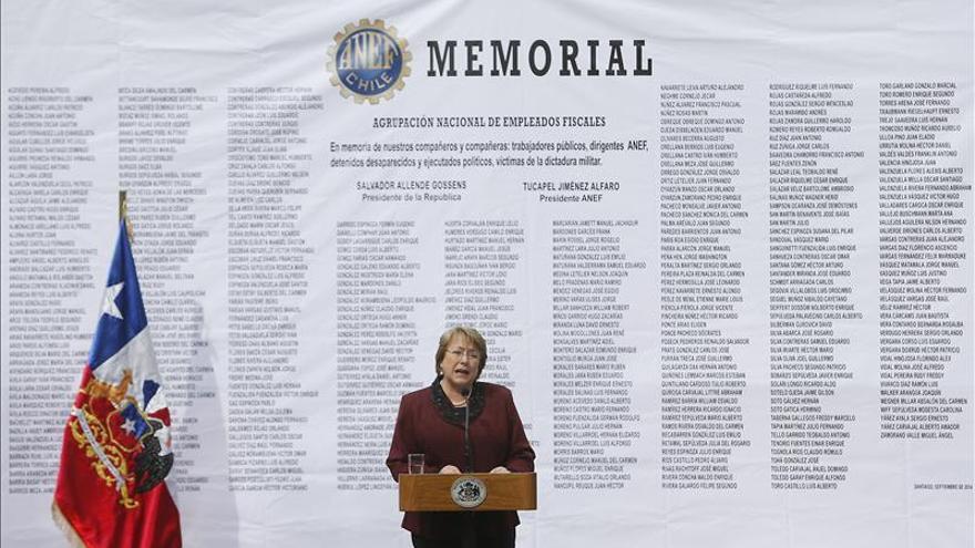 La aprobación de Bachelet baja al 45 por ciento