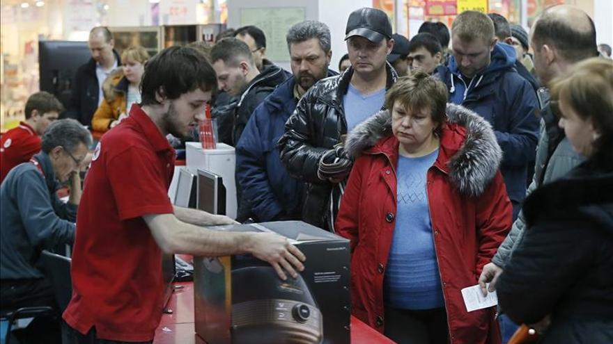 Más de un tercio de los rusos teme recortes y despidos, según una encuesta