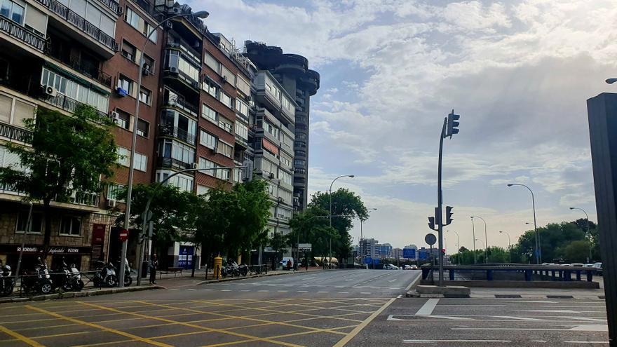 La entrada a Madrid por Avenida de América retenida por un control de policía.
