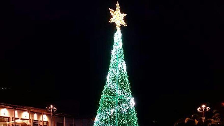 El Parque de Los Álamos de Breña Alta ha sido decorado para la Navidad.