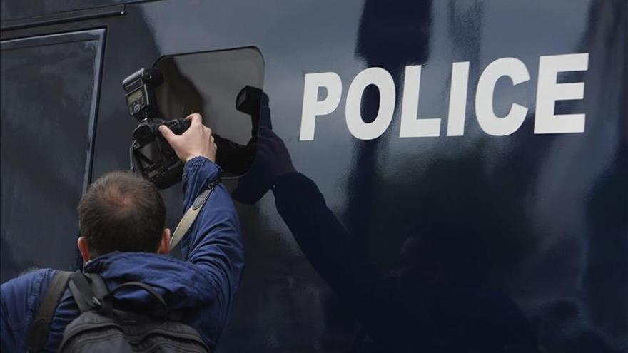 Disidentes del inactivo IRA atacan un coche policial en Belfast