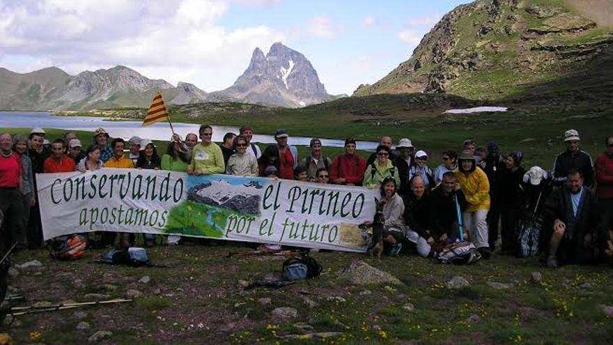 Grupos de ecologistas manifestándose en los ibones del Anayet.