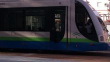 El tranvía de Vélez-Málaga trasladará viajeros ahora en Sidney.